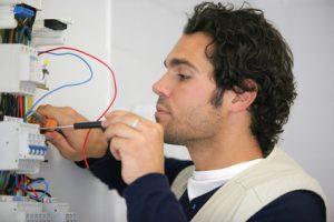 Portrait d'un lectricien travaillant sur un compteur electrique sur Le Vesinet